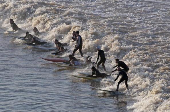 Großbritannien: Vom Flusssurfen und Käserennen
