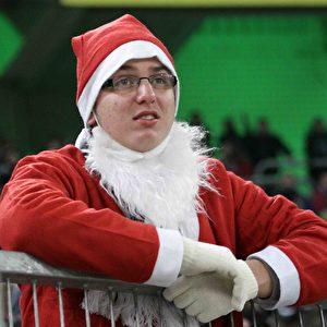 Jetzt ist der Bart ab – auch der Gladbacher Weihnachtsmann weiß keinen Rat mehr. Foto: Steffen Andritzke/The Epoch Times