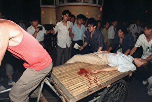 In der Nacht zum 4. Juni 1989 wurden die Studenten auf dem Tiananmenplatz niedergeschossen und Panzer überrollten die friedlichen Demonstranten. Es gab tausende Tote und Zeugen, die mundtot gemacht wurden oder fliehen konnten oder in Chinas Gefängnissen und Arbeitslagern verschwanden.