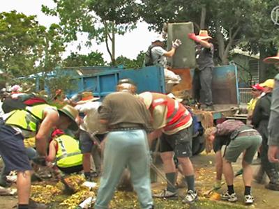 Aufräumarbeit nach Hochwasser vereint Australier