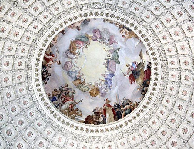Dieses Foto zeigt das Wandgemälde The Apotheosis of Washington an der Decke der Kapitolkuppel  in Washington. Es wurde im Jahre 1865 von Constantino Brumidi in echter Freskotechnik gemalt. Die schwebenden Figuren sind etwa 4,5 Meter groß.  Foto: Karen Bleier / AFP / Getty Images