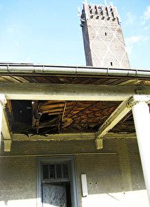 Ein 48 Meter hoher hoher, viereckiger Turm ist das Wahrzeichen der Kaserne und von weitem sichtbar.