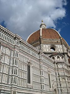 Die Basilika mit ihren Marmorplatten in grün, pink und weiß ist ein UNESCO-Weltkulturerbe und eine wichtige touristische Attraktion in Florenz.