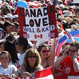 Jubelnde Menschenmenge auf dem Parliament Hill in Erwartung auf die Ankunft des Herzogenpaars. Foto: AP Photo/The Canadian Press, Adrian Wyld