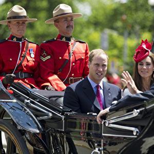 Das Herzogenpaar von Cambridge mit dem kanadischen Generalgouverneur David Johnston auf dem Parliament Hill in Ottawa. Foto: AP Photo/The Canadian Press, Frank Gunn
