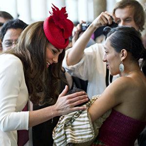 Die Herzogin von Cambridge, zum Anfassen nah; sie schenkt einem Säugling in den Armen seiner Mutter ihre Bewunderung. Foto: AP Photo/The Canadian Press, Paul Chiasson