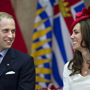 William und Kate beglücken die Menschenmenge mit ihrer Präsenz und ihrem Lächeln. Foto: AP Photo/The Canadian Press, Nathan Denette