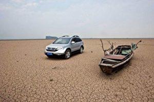 Poyang-See, einst Chinas größter Süßwasser-See, ist versiegt. Autos können nun auf dem Seebett fahren.