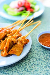 Aus der Thai-Küche: Gegrillte Hähnchen- oder Schweinefleischspieße.