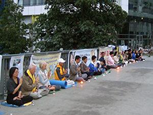 Falun Gong-Mahnwache am 20. Juli vor der chinesischen Botschaft in Berlin auf der Jannowitzbrücke.