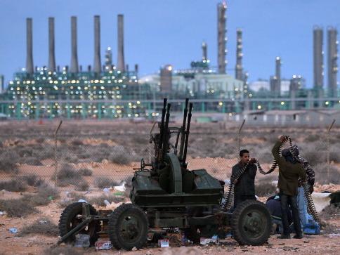 Schwarzes Gold: Die Entdeckung von Erdöl in Afrika hatte selten positive sozioökonomische Folgen gehabt. Am 7. März 2011 laden libysche Rebellen in der Nähe von Erdöleinrichtungen ein Flakgeschütz auf. Foto: John Moore / Getty Images