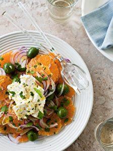Erfrischend: Salat mit Orange und roter Zwiebel.