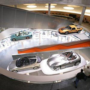 Auto trifft Architektur. Foto: Daimler AG