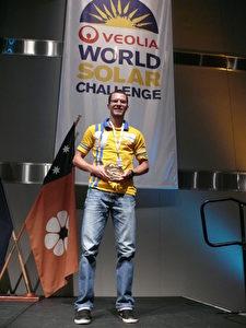 Was Observer Rick schon ganz am Anfang des Rennens wusste, ist nun offiziell: Der schönste Sonnenwagen der Welt kommt wieder aus Bochum. Während der Awards Ceremony bekam Tim Skerra den Design Award stellvertretend für das ganze Team überreicht.