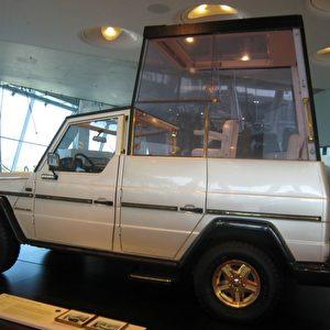 """Ein Auto für den Papst: 1980 wird das """"Papamobil"""" für den Deutschland-Besuch von Johannes Paul II. angefertigt, um den Papst vor Wind und Wetter zu schützen. Nach dem Attentat im Mai 1981 erhält es eine schusssichere Verglasung. Foto: Elke Backert"""