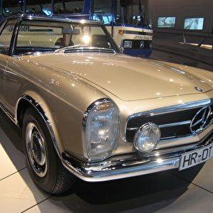 """Der Mercedes-Benz 230 SL von 1964 ist der weltweit erste Sportwagen mit stabiler Fahrgastzelle und Knautschzonen. Im Volksmund wird der Wagen bald nur noch """"Pagode"""" genannt wegen seines abnehmbaren Hardtop, das an die Dachform eines fernöstlichen Tempels erinnert. Foto: Elke Backert"""