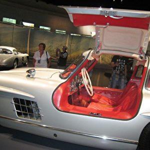 Der 1954 präsentierte 300-SL-Seriensportwagen wird dank seiner Flügeltüren zum Traumwagen der 50er Jahre. Foto: Elke Backert