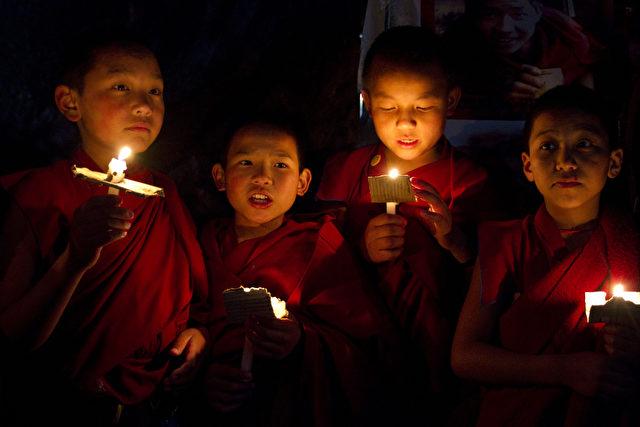 Tibetische Novizen vom Kloster Kirti in Indien protestieren gegen die Gewalt der chinesischen Poliziei in Tibet.