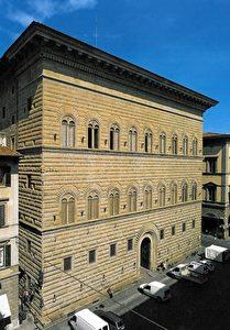 Der berühmte Palazzo Strozzi in Florenz. Der Pallazzo selbst ist ein Beispiel dafür, wohin das Geld der Adeligen zur damaligen Zeit floss.