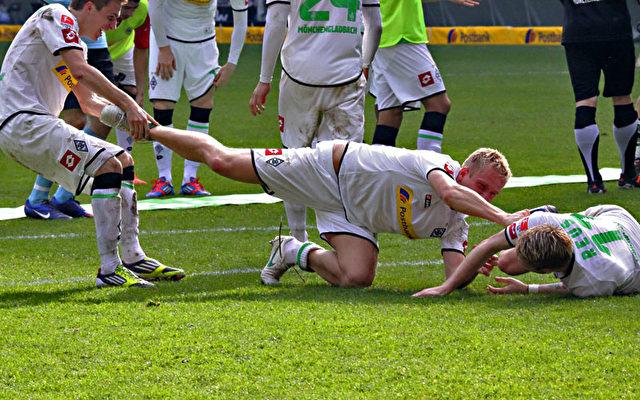 Hemmungslos balgen sich die Spieler vom VfL vor Freude auf dem Rasen.  Foto: Steffen Andritzke/The Epoch Times