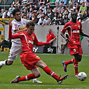 Jan Moravek ist eher am Ball als Igor De Camargo.  Foto: Steffen Andritzke/The Epoch Times