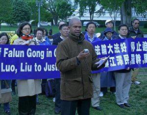 Keith Ware, Praktizierender aus Washington, D.C., übergab erfolgreich die Anklageschriften an Bo Xilai, 2004, als er Washington besuchte.