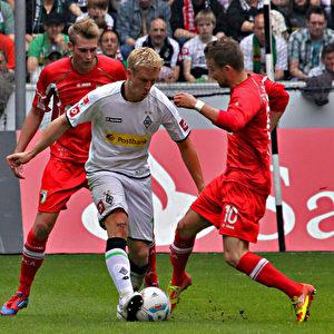 Mike Hanke behauptet sich gegen Daniel Baier.  Foto: Steffen Andritzke/The Epoch Times