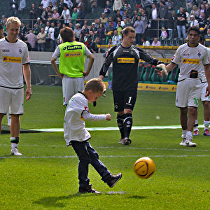 Während die Spieler singen und feiern versucht sich der Sohn von Filip Daems im Elfmeterschießen.  Foto: Steffen Andritzke/The Epoch Times