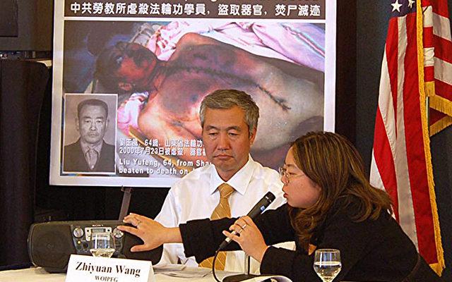WOIPFG-Sprecher Wang Zhiyuan präsentiert teilweise getarnt mitgeschnittene Aufnahmen, über Organhandel in chinesischen Militärhospitälern.   Foto: The Epoch Times