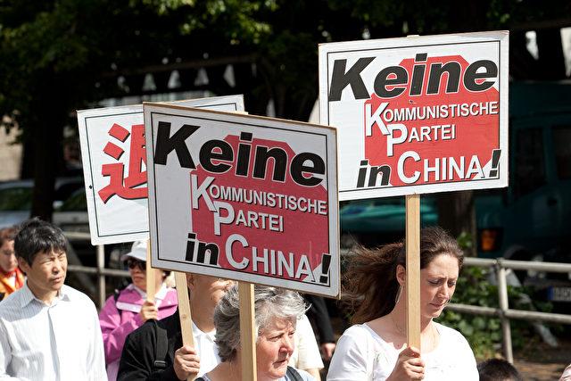 Tuidang wird unterstützt im Jahr 2009 in Berlin.