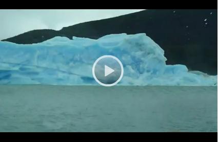 Spektakulär: Eisberg macht Eskimorolle