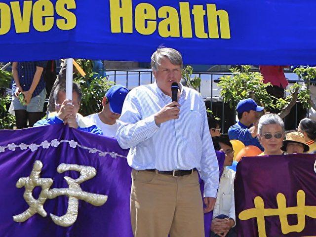 Am 5. Mai 2012 in Chinatown, San Francisco, spricht Chris Kitze über den Gewinn durch das Praktizieren von Falun Dafa .