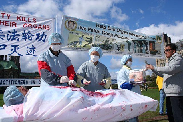 Falun Gong-Praktizierende inszenieren den Organraub in China auf einer Kundgebung in Ottawa, Kanada.