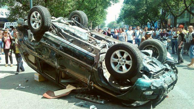 Ein japanisches Auto wurde während der Proteste gegen Japan am 15. September umgeworfen.