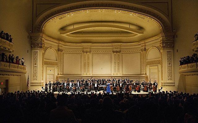 Drei Zugaben vom Shen Yun Symphony Orchestra gab es bei Standing Ovations des Publikums in New Yorks Carnegie Hall am 28. Oktober.