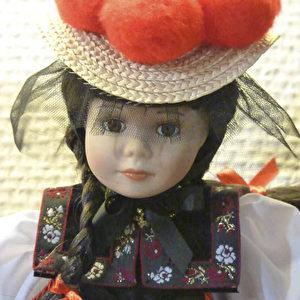 Puppe eines Schwarzwald-Mädels mit Bollenhut.  Foto: Bernd Kregel