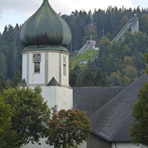 Marienkirche in Hinterzarten und Sprungschanze im Hintergrund.  Foto: Bernd Kregel