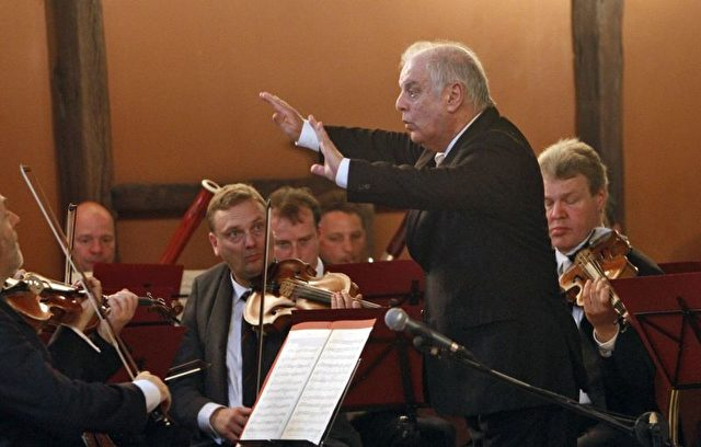 Daniel Barenboim dirigiert das 'Orchestra for Gaza' am 3. Mai 2011 in Gaza City.    Foto: Mohammed Abed - Pool/Getty Images