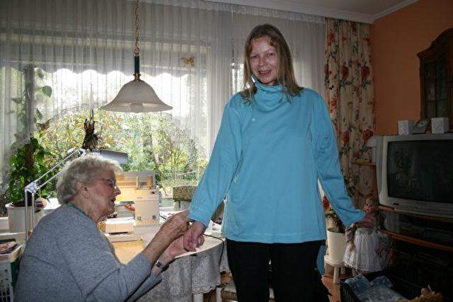 Nachbarschaftshilfe: Margitta S. lässt sich von Karola L. die Ärmel kürzen. Foto: Heike Soleinsky
