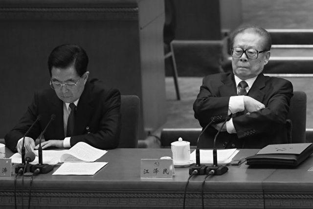 Die Gegner: Hu Jintao, links, und der 86-jährige Jiang Zemin beim 18. Parteitag der KPCh.
