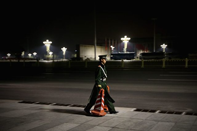 Der 18. Parteitag der KPCh ist beendet. Abräumen vor der Großen Halle des Volkes.  Foto: Feng Li/Getty Images