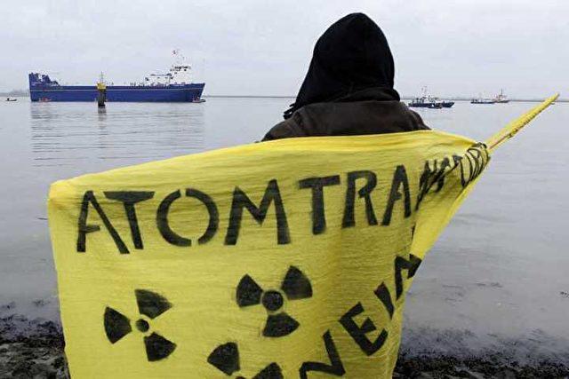 "Atomkraftgegner erwarten die Ankunft des Transportschiffes ""Atlantic Osprey"" in Nordenham. Foto: Andreas Conradt / PubliXviewinG"