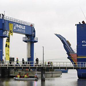"""Die """"Atlantic Osprey"""" entlässt die LKWs mit den MOX-Brennelementen. Foto: Andreas Conradt / PubliXviewinG"""