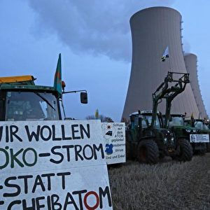 Vom 16. bis 18. November hielten Atomkraftgegner am AKW Grohnde eine Dauermahnwache gegen den zweiten Transport plutoniumhaltiger MOX-Brennelemente aus der Wiederaufbereitungsanlage Sellafield in diesem Jahr. Foto: Michaela Mügge / PubliXviewinG