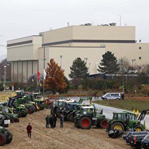 Viele Landwirte, darunter einige aus dem Wendland, kamen ins Weserbergland zum  Protest gegen den MOX-Brennelemente-Transport. Foto: Michaela Mügge / PubliXviewinG