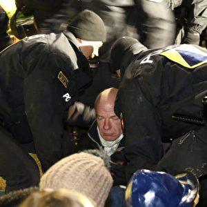... und Sitzblockaden versuchen die Aktivisten den MOX-Brennelemente-Transport aufzuhalten. Foto: Michaela Mügge / PubliXviewinG
