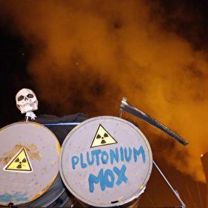 Was ist riskanter: sich zum Protest unter MOX-Brennelemente-Transporter zu ketten, oder es nicht zu tun? Foto: Michaela Mügge / PubliXviewinG