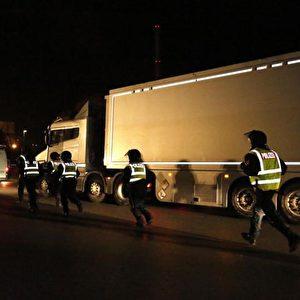 Gegen Mitternacht von Sonntag auf Montag treffen die LKWs mit den MOX-Brennelementen auf dem AKW-Gelände in Grohnde ein. Foto: Michaela Mügge / PubliXviewinG