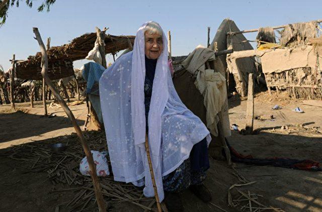 Ruth Pfau besuchte 2010 das von der Flut zerstörte Dorf Begna in Pakistan.