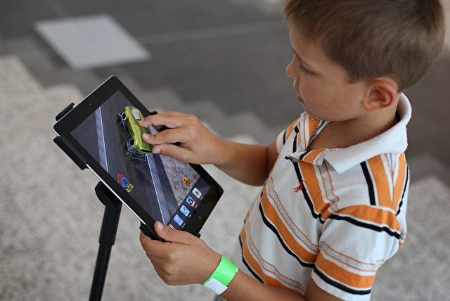 Der 6-jährige Ben Knight spielt auf dem iPad in einem Einkaufszentrum in London. Foto: Peter Macdiarmid/Getty Images